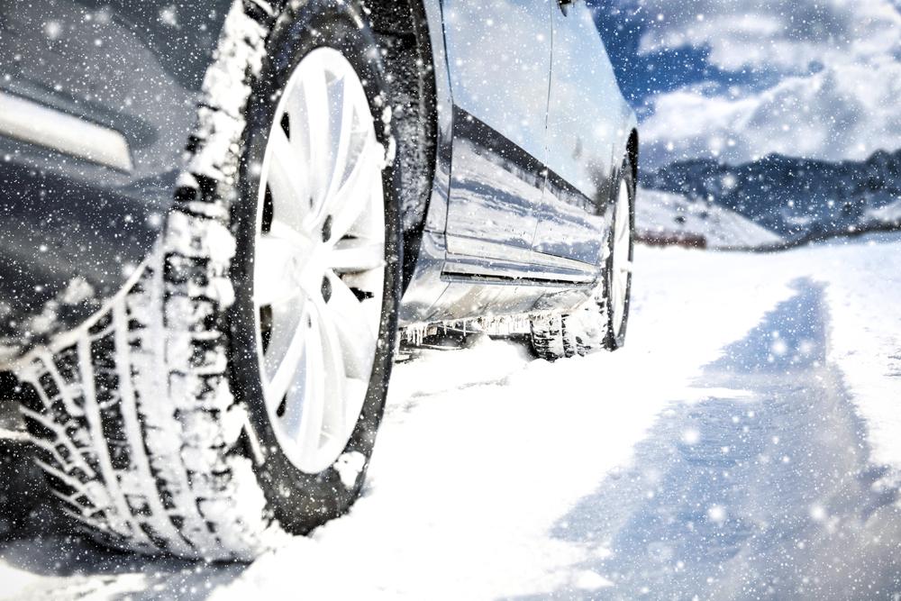 Celoročné vs. zimné pneumatiky – ktoré si vybrať a prečo?